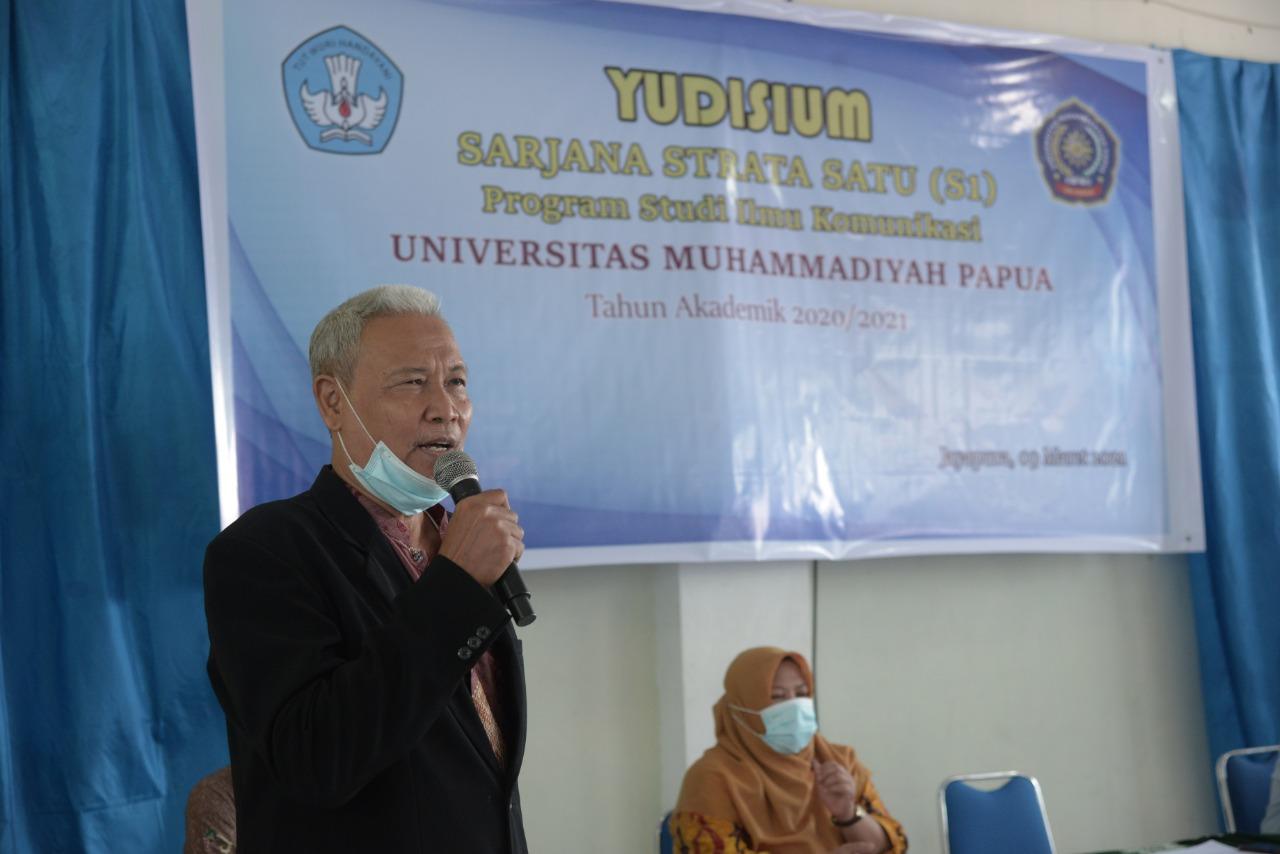 Rektor UM Papua sedang memberikan sambutan.